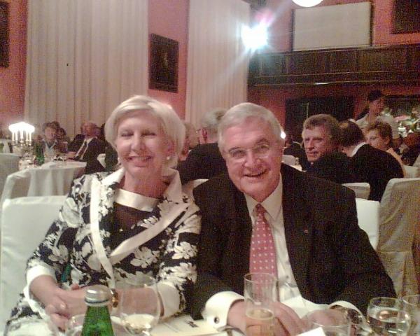 Herr Raptis mit seiner Ehefrau am Abendessen